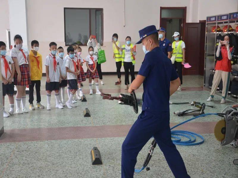 学习消防安全知识,大朋友和小朋友们在行动
