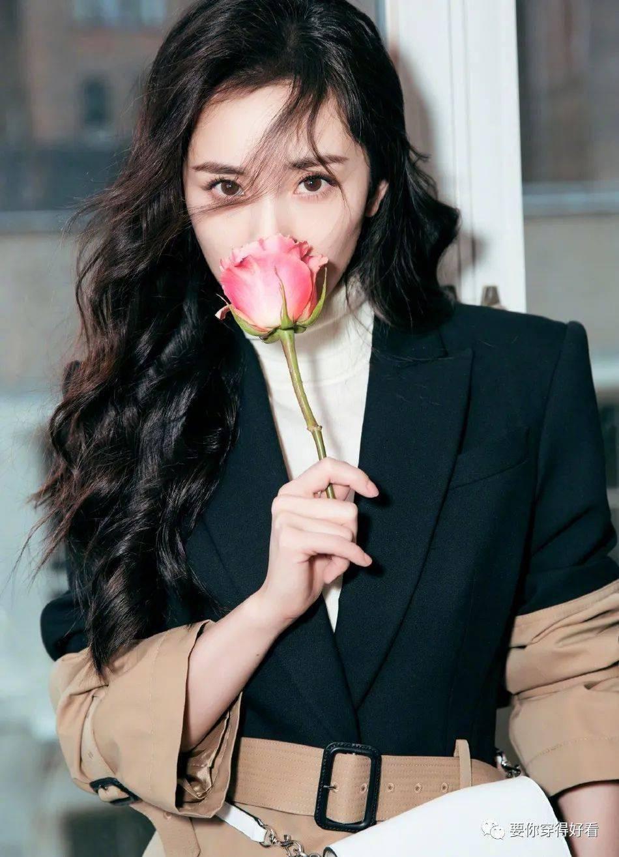 带货女王杨幂时尚造型,拼接风衣手持玫瑰,完美诠释女性魅力!