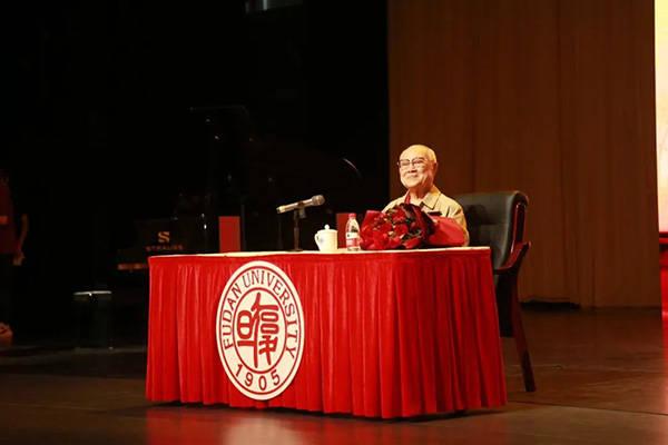 走进复旦,91岁吕其明即兴编创指挥学生合唱《红旗颂》